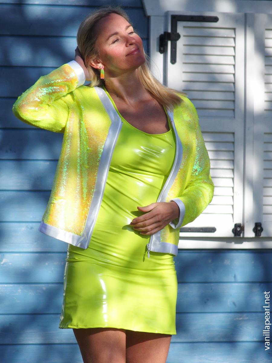 Neon Lackkleid vor blauem Haus-210