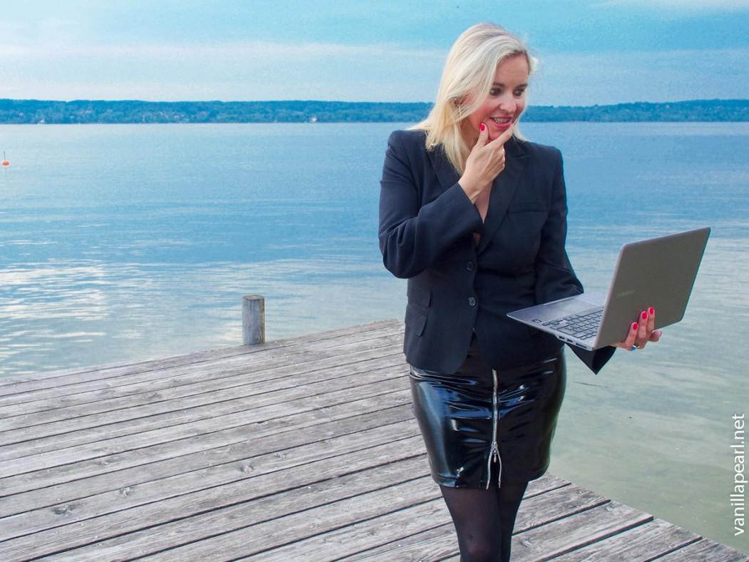 Business Outfit - Lackrock und Laptop