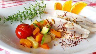 Barsch mit Orangen - Safran Soße und Pinienkernen
