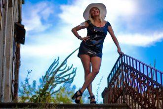 Christina Vanilla Pearl in Lederkleid von Arcanum auf Treppe in Porec / Kroatien - made by Christina