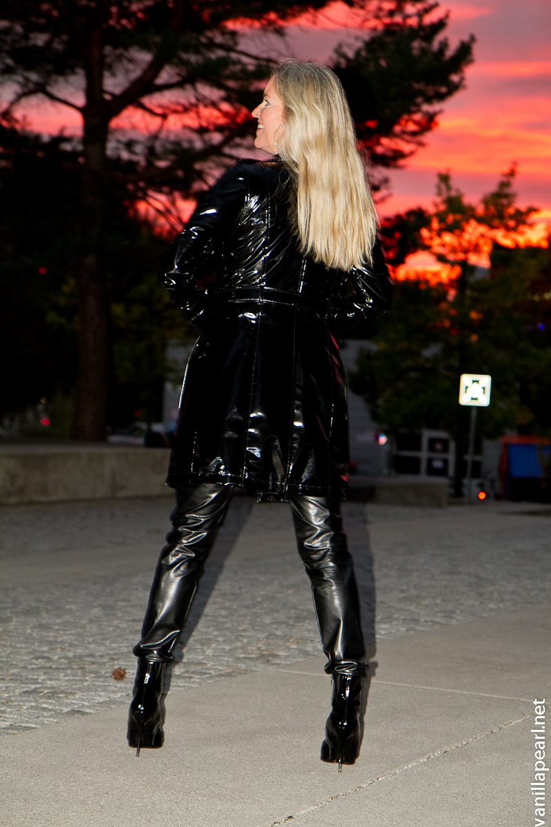 Christina - Vanilla Pearl in Arcanum VEGAN LEATHER PANTS at the O2 Building Munich - shine and be happy!