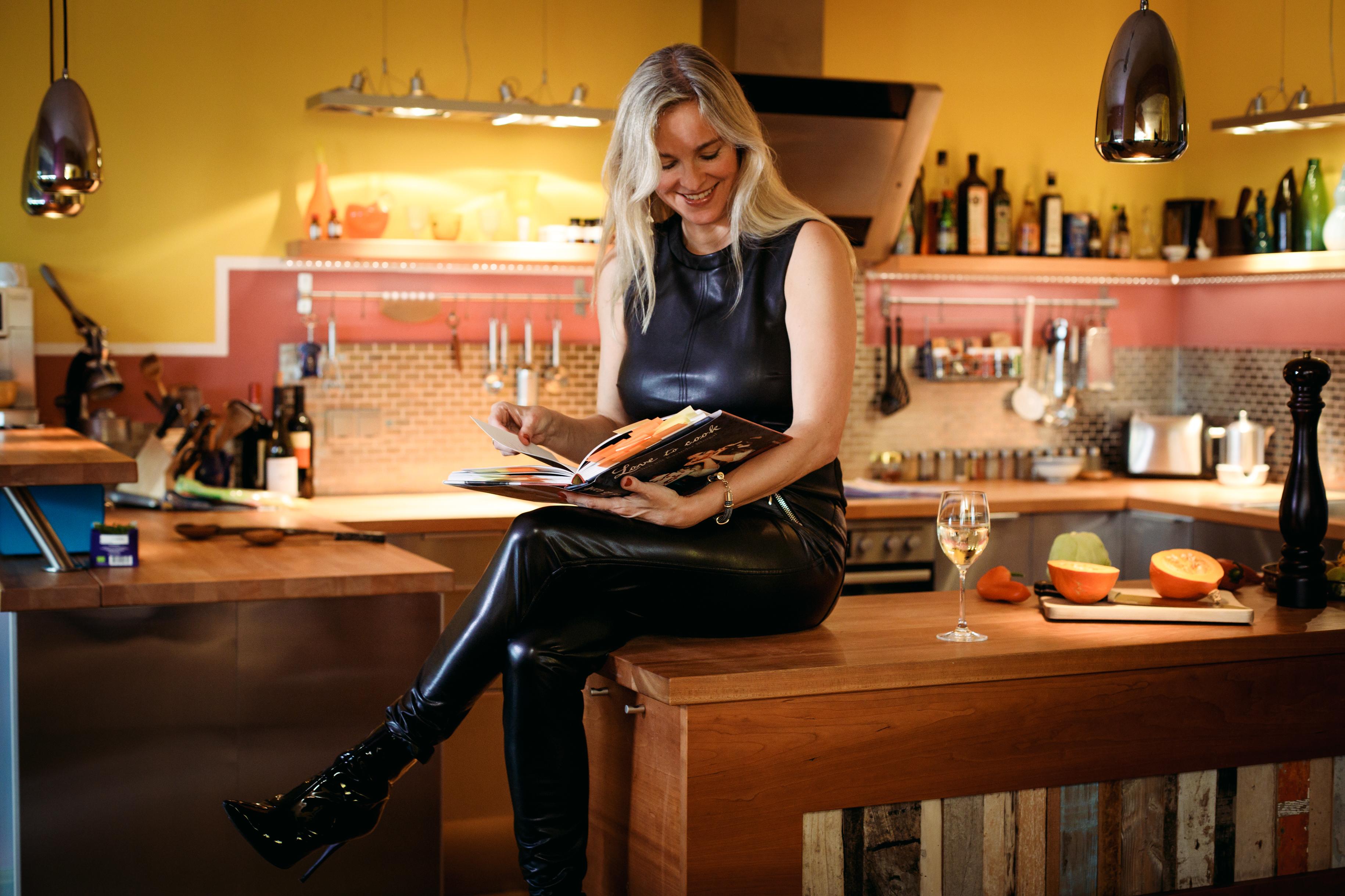 Christina-arcanum-vegane-lederhose-shine-in-kueche-cook-in-leather