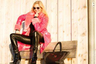 Christina Celebrity Style in Arcanum vegane Lederhose Shine und Kunstfellmantel