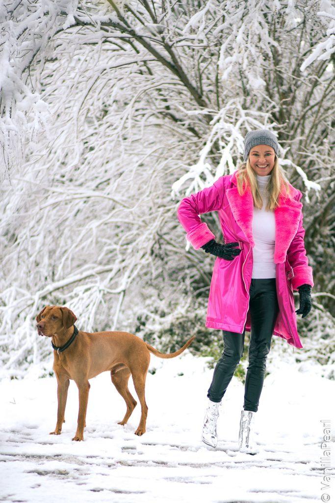 Christina VanillaPearl mit pinkem Wintermantel Crystal Pink von Arcanum im Schnee