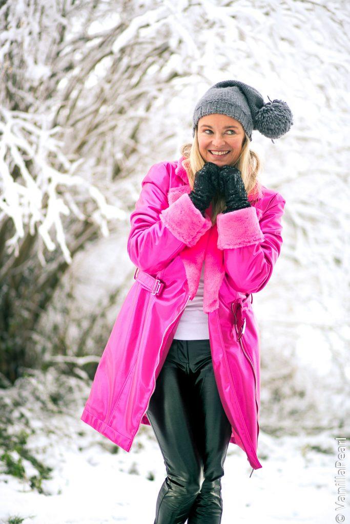Christina, VanillaPearl mit pinkem Wintermantel Crystal Pink von Arcanum im Schnee