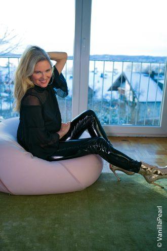Christina Vanillapearl mit schwarzer Lackhose