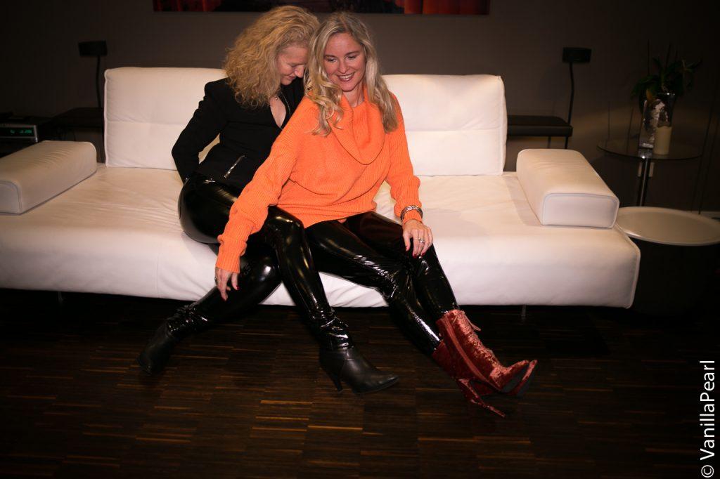 Christina und Freundin in Lackhose
