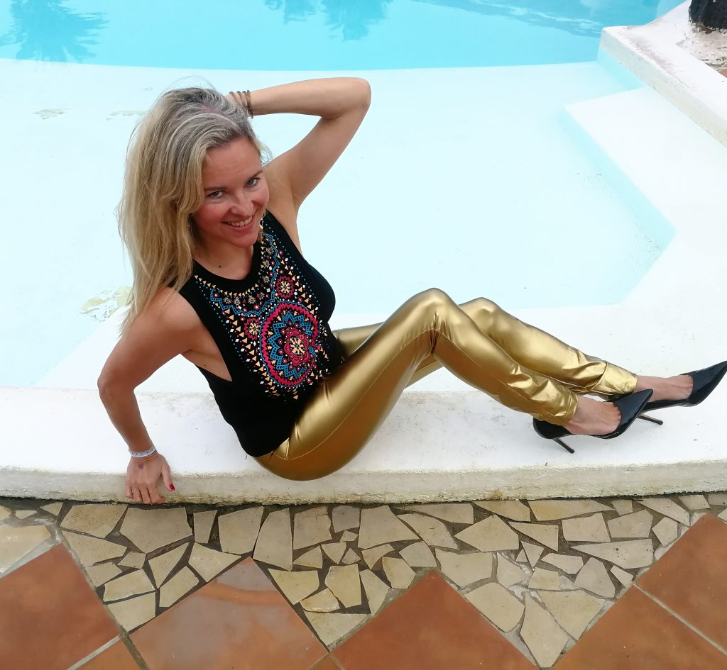 Christina mit goldener Lackleggings