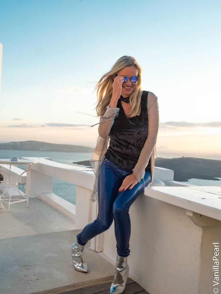 Christina, VanillaPearl und Arcanum Designerin in Santorini in blauer Lackhose von Arcanum und silbernen HighHeels von Public Desire