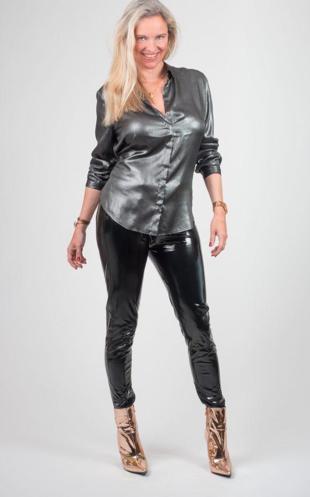 Christina mit schwarzer Lackhose von Arcanum
