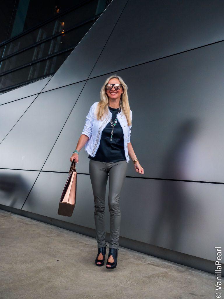 Christina Striewski Vanillapearl mit grauer Kunstlederhose von Arcanum in der BMW Welt München
