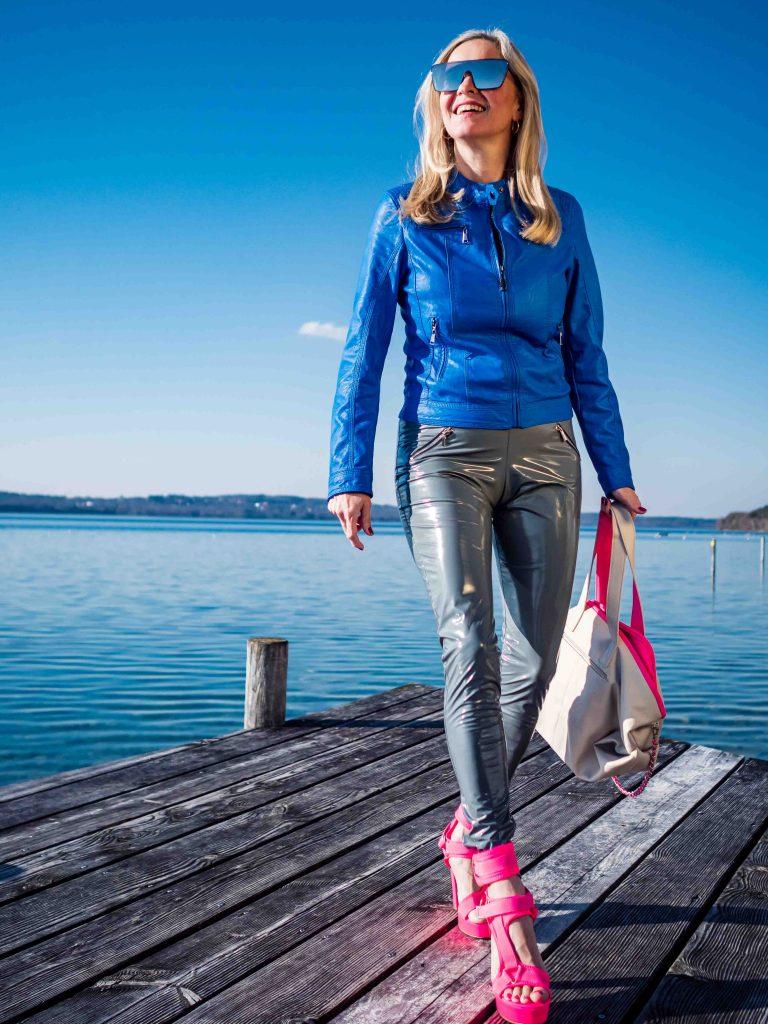 Christina Striewski Vanillapearl mit blauer Kunstlederjacke und grauer Lackleggings von Arcanum